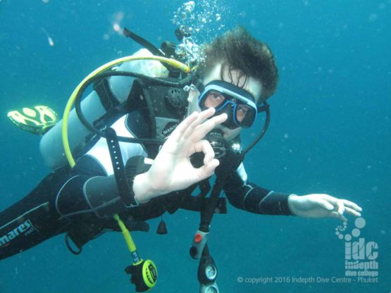 A PADI Deep Diver says OK during a PADI Deep Diver Course with Indepth